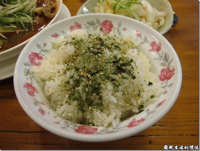 台南-豪記臭豆腐。海苔芝麻飯,NT$15。這白米飯香噴噴,上頭撒了芝麻及海苔,這是為了配麻辣鴨血才點的。