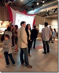 Pessoas visitando uma das salas do museu
