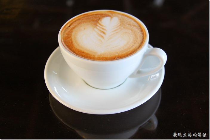 台南-鹿角枝老房子咖啡。拿鐵咖啡,單點NT$120。個人感覺比卡布奇諾好喝一點點,因為咖啡味道稍微重一點點,一樣非常的小杯,不夠癮啊。