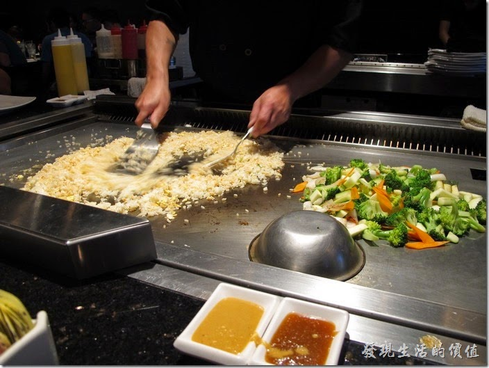 美國-路易斯威爾(Louisville) Sake Blue日本料理。接下來是蛋炒飯,看廚師熟練的操作炒飯,不過似乎不怎麼精緻。