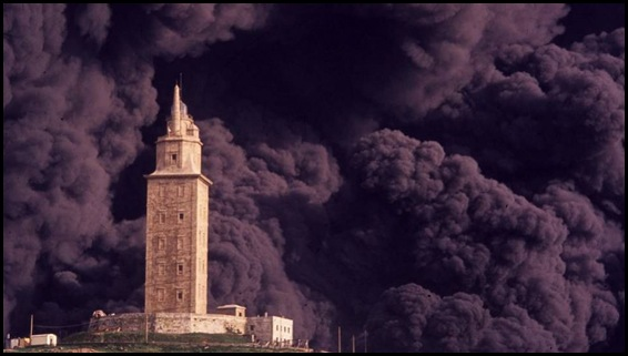 Torre Hércules envuelta en humo negro