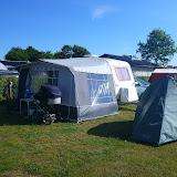 Den lille søde campingvogn og vores telt, til opbevaring. Morfar måtte sove i forteltet, og så var der plads til børnene og Mormor indenfor.