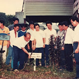 1989年Tubauで開催された世界森林デーで植樹をする故Penhgulu Anyi氏 / Late Mr. Penhgulu Anyi planted a commemorative tree on International Day of Forests at Tubau in 1989