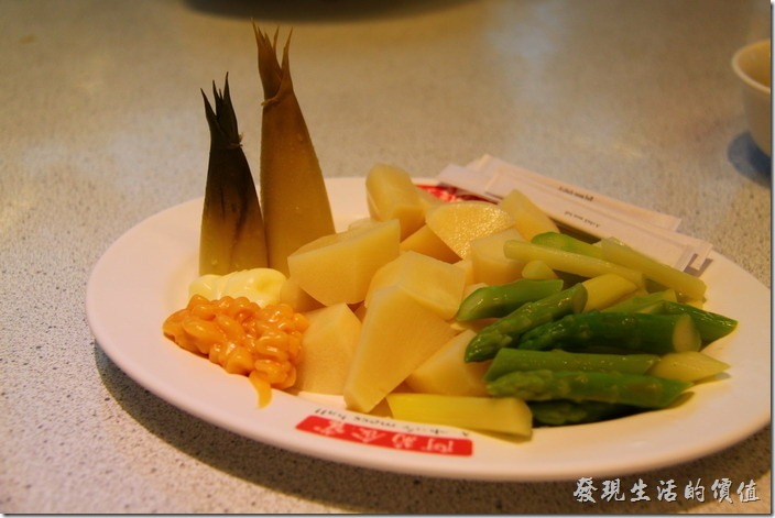台南-阿菊食堂。涼拌雙筍(竹筍+蘆筍)。忘記多少價錢了,但這雙筍的擺設,尤其是竹筍尾有加分的效果,還放上了美奶滋及沙拉兩種沾醬。竹筍非常清甜不苦澀,而蘆筍也很好吃,夏天可以推薦這道菜。
