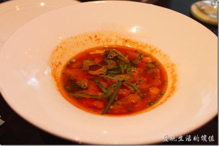 台東-愛上台東義大利餐廳。單人套餐的湯品「蕃茄蔬菜清湯」,裡面還可以吃到整塊的蕃茄。