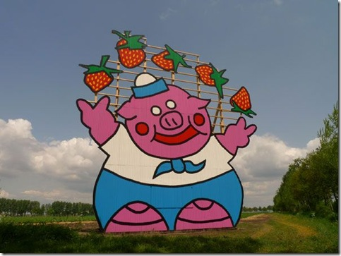 Florentijn Hofman (Pig Juggeling With Strawberries)