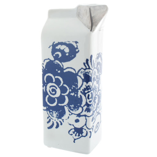 Why not make breakfast an event? This pretty milk carton made of porcelain is decorated with Delft Blue flowers. (lekkerhome.com)
