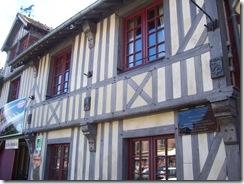 2012.07.20-011 maisons à pans de bois à Beuvron-en-Auge