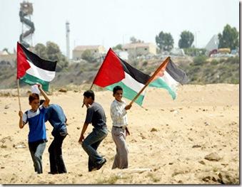 rapazes-com-bandeira-palestina