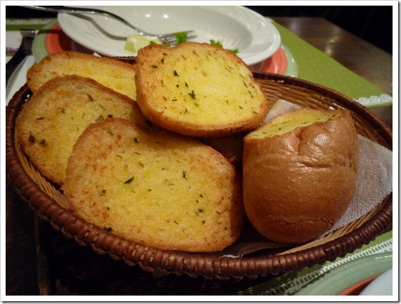 很厚實的大蒜麵包,稍稍乾硬些