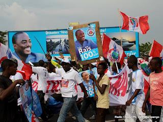 Des partisans de la majorité présidentielle le 26/11/2011 le long du boulevard Triomphale à Kinshasa, lors de l'arrivé  du président Joseph Kabila  en provenance du Bas-Congo. Radio okapi/ Ph. John Bompengo