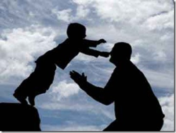 ayah memeluk anak