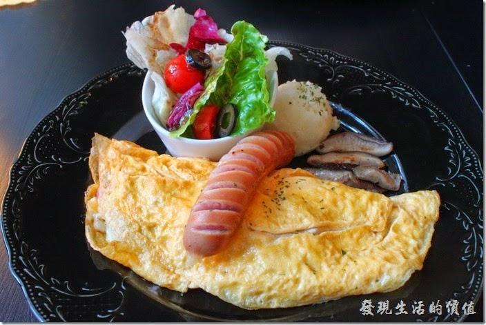 台南-PS-Cafe-Brunch。這是【起司歐姆蛋】早午餐的主菜,NT$200。有一大捲的歐姆蛋,一小跌得沙拉,一條德國香腸,一坨溫熱的薯泥,還有煸過的新鮮香菇。個人覺得這裡的德國香腸煎得很好吃,不像一般早午餐煎出來的外皮都硬硬的。