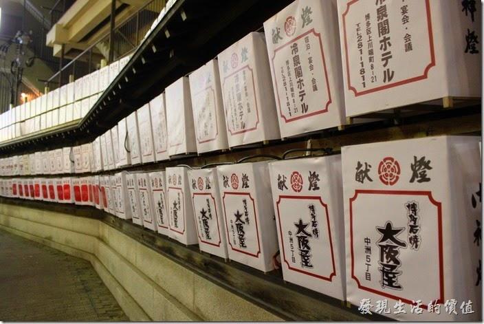 日本北九州-祇園櫛田神社。由於【追趕山笠】的慶典將近,所以【櫛田神社】的週遭馬路都上張燈結綵,好不熱鬧的景緻。