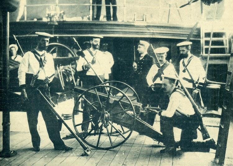 Crucero ALFONSO XII. Ejercicio con el cañón de desembarco. EL MUNDO NAVAL ILUSTRADO. AÑO 1.897.JPG