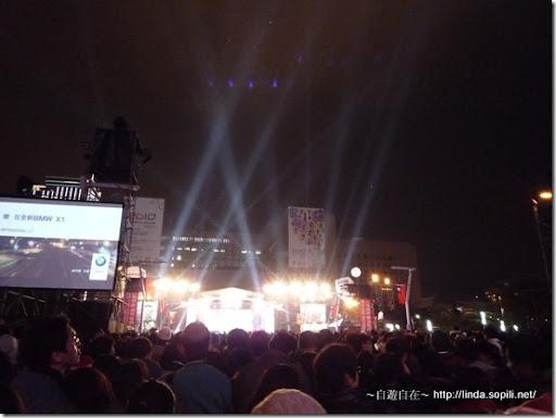 舞台前的燈光秀也很迷人