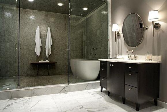 Elegante diseño de ducha con azulejos de color gris oscuro