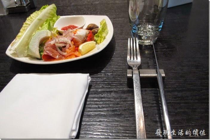 台北寒舍艾美探索廚房的桌面是黑色的,老實說整個餐廳有點灰色系,個人不是很適應。