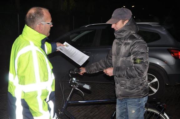 Sportclub Groessen controleert fietsverlichting, 2.jpg