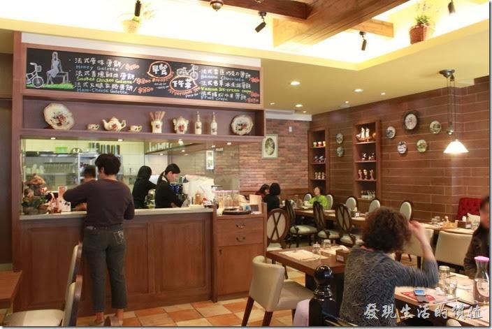 台南-巴娜娜早午茶趣。【巴娜娜的早午茶趣】的吧檯及咖啡廳內的情形。