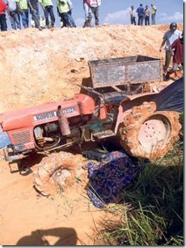 ditimpa traktor1