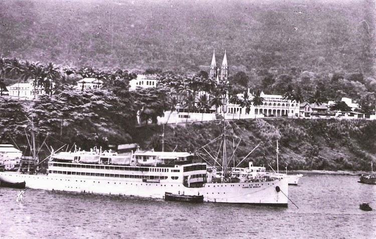 Ca. 1950, ya modificado, en el servicio de la línea a Guinea. Santa Isabel. Estupenda foto de la pagina web Trasmeships. Foto Colección Paco Sánchez.jpg