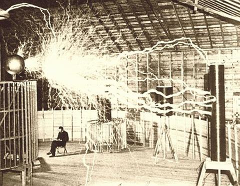 Никола Тесла в лаборатории, 1899 год
