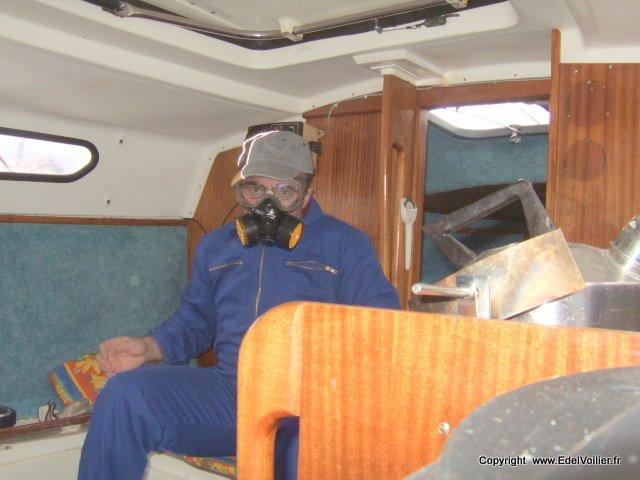 Le retrait de la moquette ne doit pas se faire sans protection : Masque pour les poussières de colle et gants pour épargner les mains