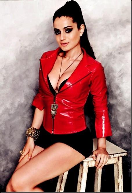 Amisha Patel hot cleavage