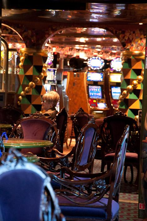 Третий день. Casablanca. Morocco. Круиз. Costa Concordia. Вид из бара Будапешт, на зал игровых автоматов.