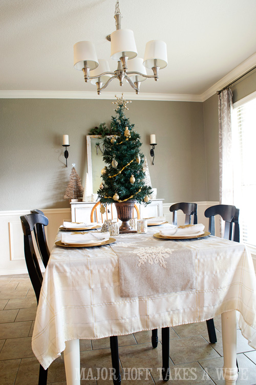 Table decorations and dining room decorating ideas for for Ideas to decorate dining room table for christmas