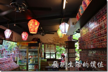 天燈故事館內販賣著各式天燈的飾品。