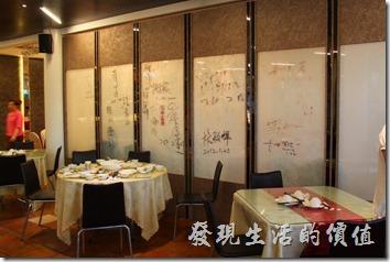 台南-阿菊食堂。餐廳內分成兩大部份,較外面的地方是給散客的,這裡有四方桌及小圓桌。較內層的地方則是筵席專用的餐廳,有較大的圓桌。