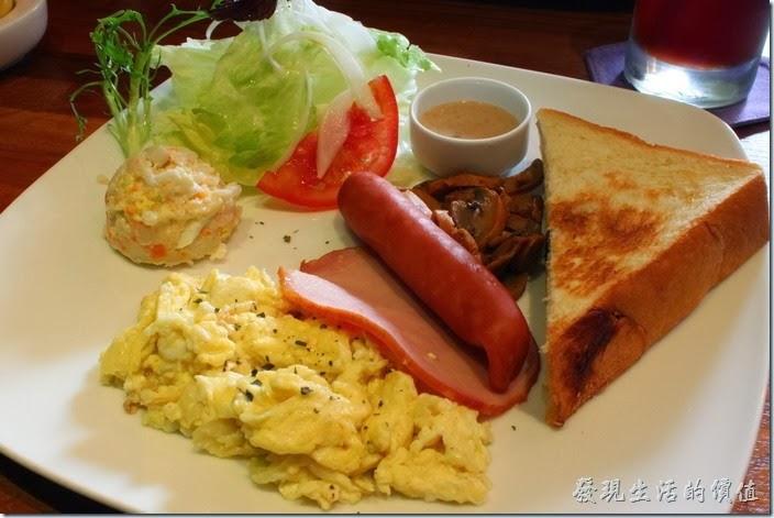 台南-PianoPiano。PIANO,PIANO早午餐,NT$140。內容有少許生菜沙拉、洋蔥炒蛋、一片火腿、一條德國香腸、一球薯泥、炒過蘑菇,以及半片葡萄厚片土司。這德國香腸的皮衣有點難咬,刀子也切不太開,不過咬開外衣,內部還滑嫩好吃,建議烹煮前可以先把香腸切開,方便顧客食用。