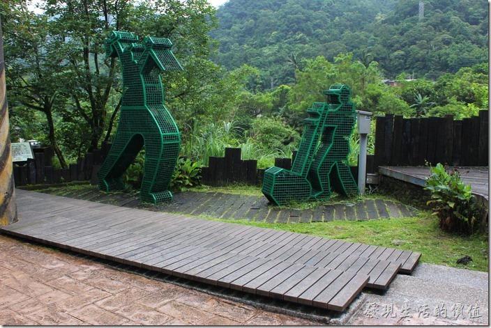平溪線一日遊-菁桐。情人橋旁的裝置藝術。
