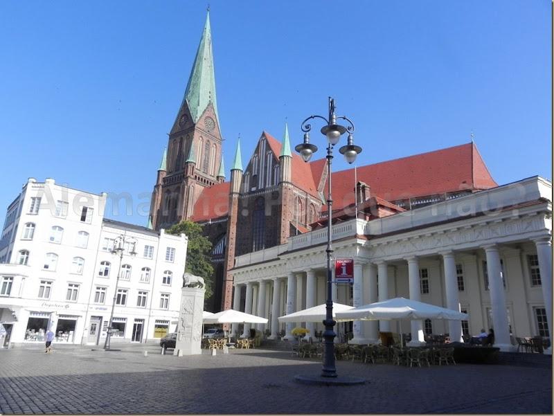 A catedral de Schwerin e o Säulengebäude com suas colunas brancas
