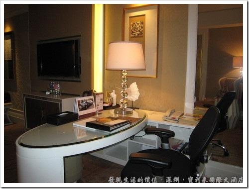 深圳寶利來國際大酒店,房間內的書桌,還有舒服的辦公座椅。