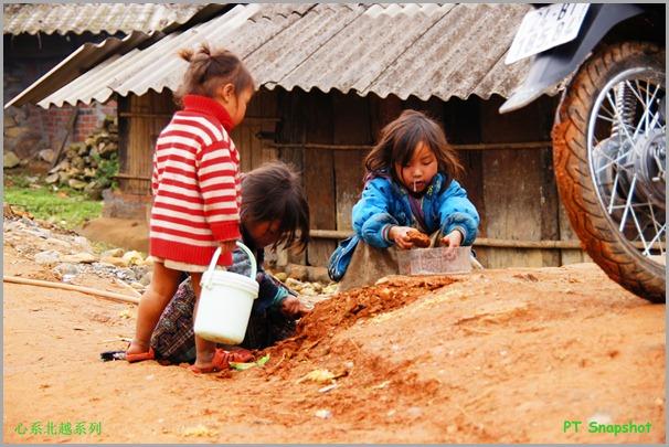 小孩堆泥土