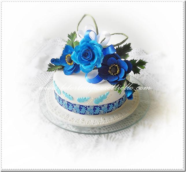 Torta con anemoni e rosa blu