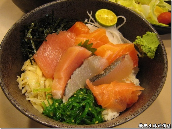 南港-船屋-平價生魚片蓋飯。生魚片丼(蓋)飯,內容有三種以上的魚片,還包括我喜歡的鮭魚,魚片也都很新鮮,老闆應該曾經在那裡執業多年後,才選擇在這裡開店做生意。