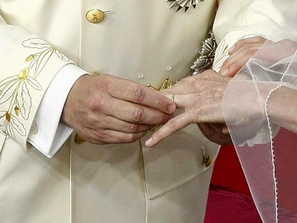 Tras la bendición del arzobispo de Mónaco, los príncipes procedieron a ponerse los anillos de bodas