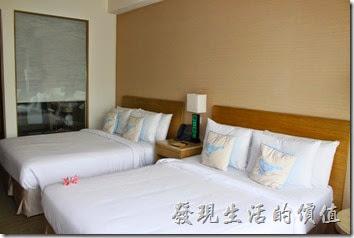 南投日月潭-雲品酒店。這是我們這次入住的四人房,房間有兩張兩人床,房間看起來還蠻乾淨的。原本說好的湖景房,因為旅行社作業上的疏失,沒有訂到,所以後來旅行社有做了一些補償。
