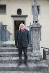 ROBIN WILLIAMSON a Gandino, davanti all'ingresso del Museo