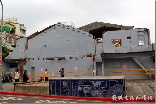 2014/02/28更新:傳聞許多,「藍晒圖」終於在2014/02/24應原屋主要求刷白走入歷史。