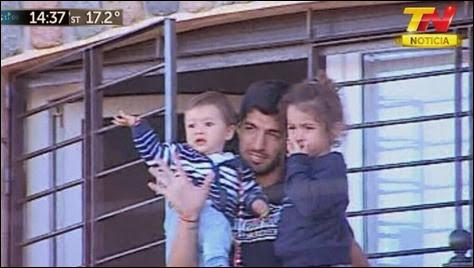 uis Suarez desde el balcon de su casa en Uruguay