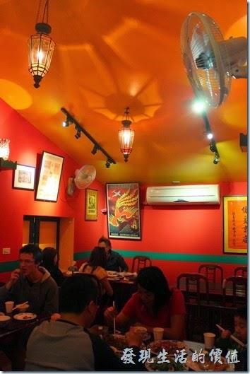 迪迪小吃餐廳的內部裝潢也是以紅色系為主。