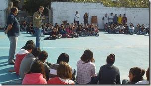 Juan Pablo de Jesús junto a los alumnos de la Escuela Secundaria Nº 7 de Las Toninas