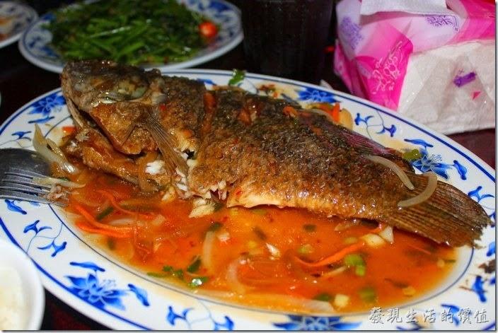 墾丁-迪迪小吃南洋菜。這條酸辣魚我們大概只吃了一半,雖然翻過面來了,但已經吃不太下了。