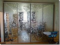двери с рисунком на зеркале