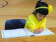 1 - Menina que nasceu sem as mãos ganha concurso de caligrafia nos Estados Unidos 400x300